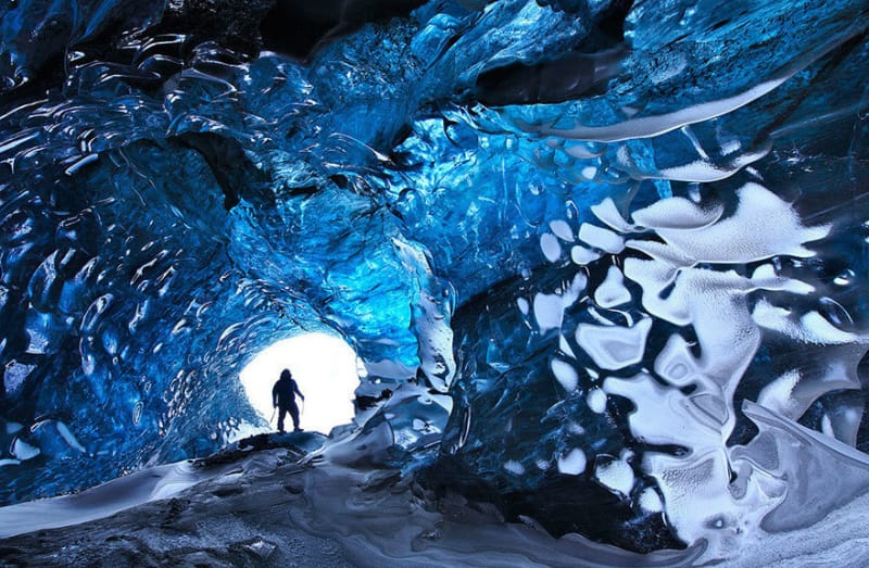 #18.氷の洞窟を探検するためには、ガイドが必要です。