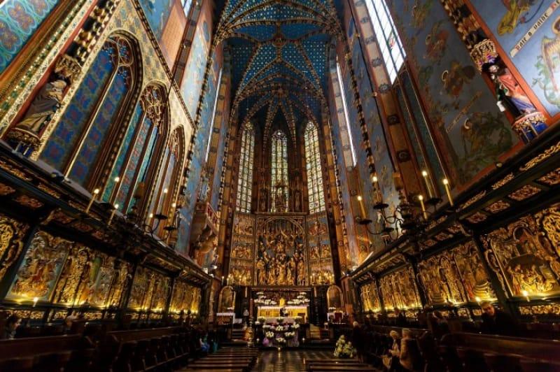 12年の歳月をかけた聖壇は必見!聖マリア教会