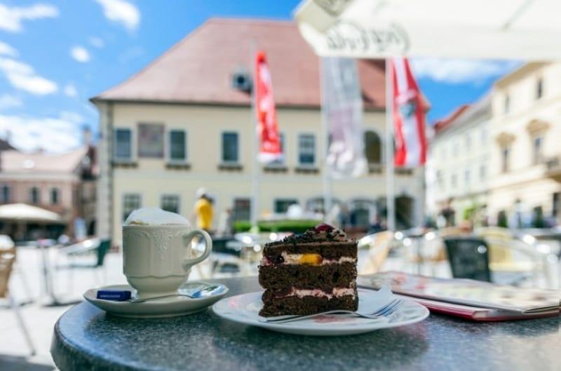 普段の喧騒を忘れ、ウィーンのカフェでゆったりとお茶をする