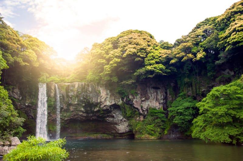 迫力ある滝 天帝淵瀑布(チョンジェヨンボッポ)
