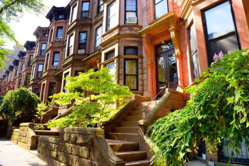 閑静な住宅街、ブラウンストーンの家並み