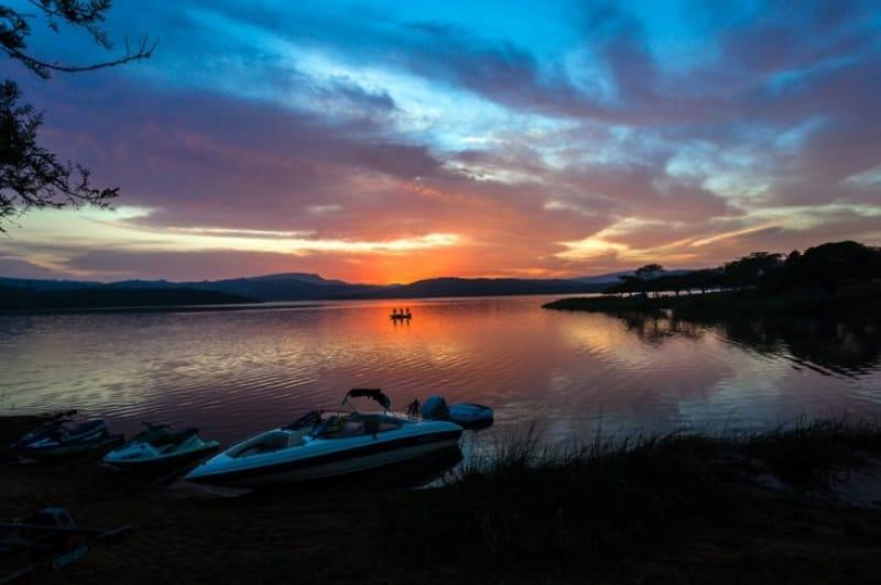 夜明けのバラ色の空と湖