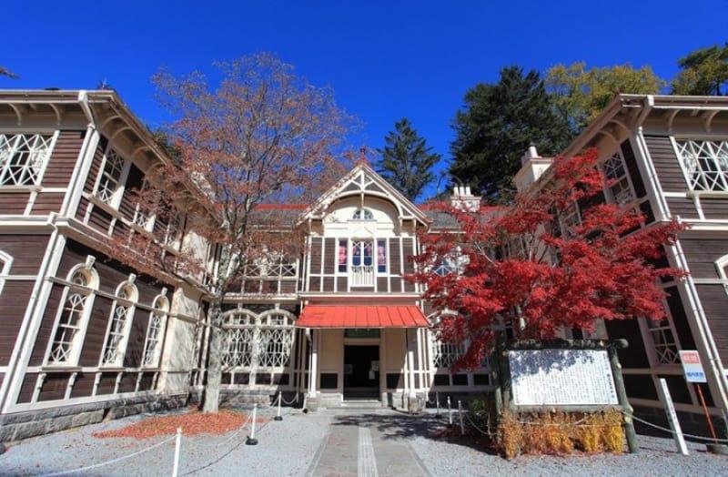 定番スポットと紅葉のコラボ・旧三笠ホテル