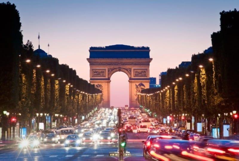 シャンゼリゼ通りの先に建つ凱旋門