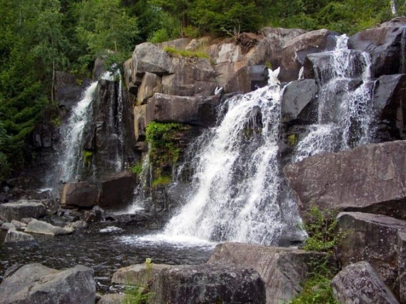 ノルウェーに数多くみられる小さな滝