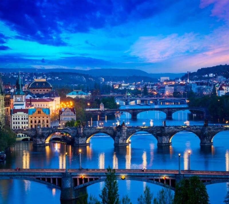 ヴルタヴァ川と橋々、街並みの夜景
