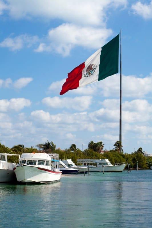 海辺で風になびくメキシコ国旗