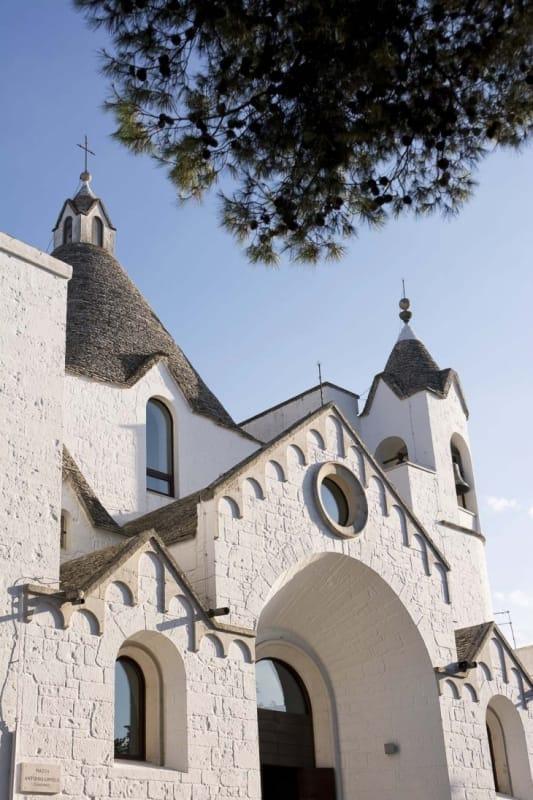 63461:真っ白な壁に丸みが特徴的な模様を持つサンタントニオ教会
