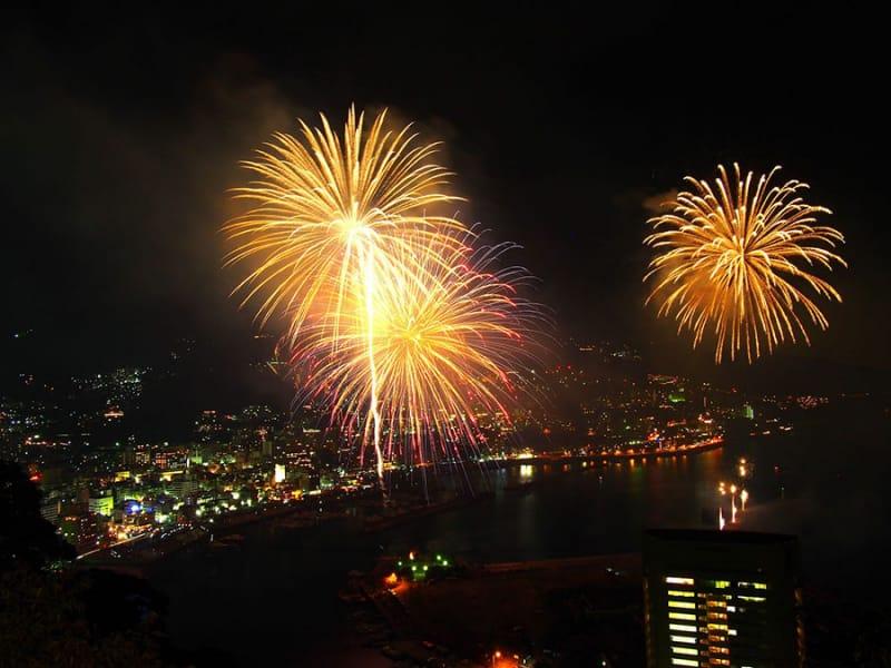 仕掛け花火ではない!大空中ナイアガラは必見『熱海海上花火大会』