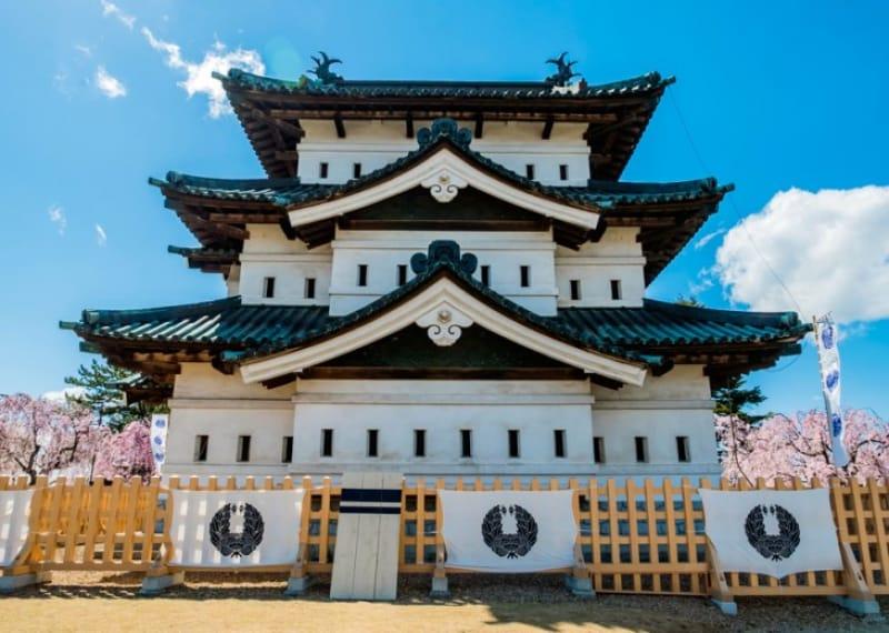 観光には欠かせない弘前城