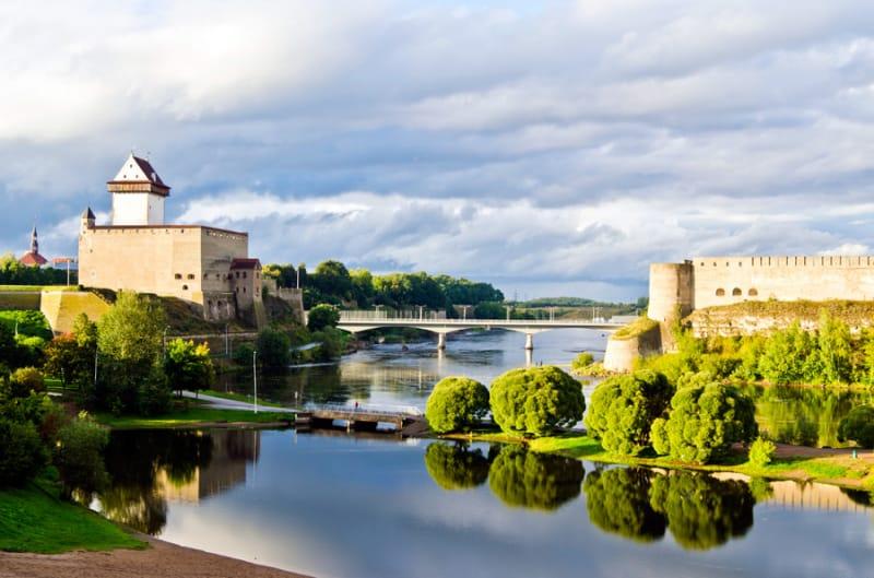 2つの城を眺むナルヴァ川