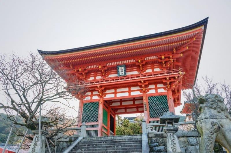 (1)金剛力士が迎えてくれる「仁王門」