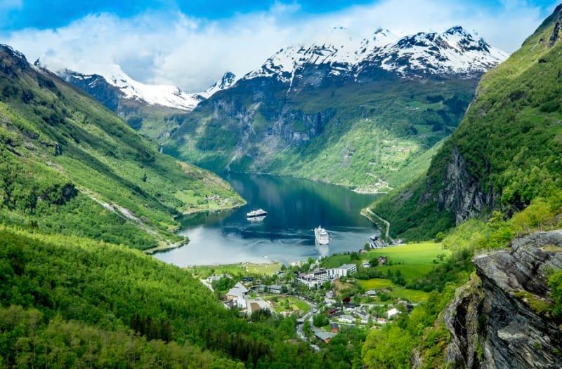 メルヘンの世界!山間から覗き見る小さな村