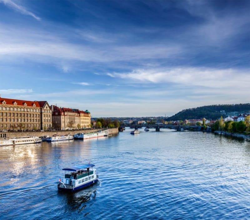 ヴルタヴァ川のクルージングで、プラハ市内の観光スポット見学を優雅に効率的に!